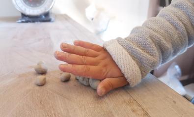 poterie pour enfant: boule d'argile à rouler
