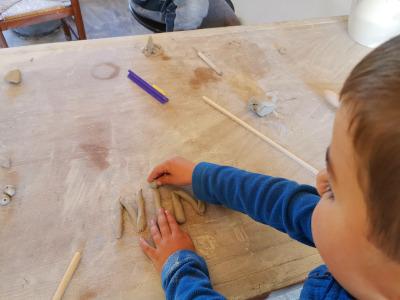poterie pour enfant: écrire prénom en argile